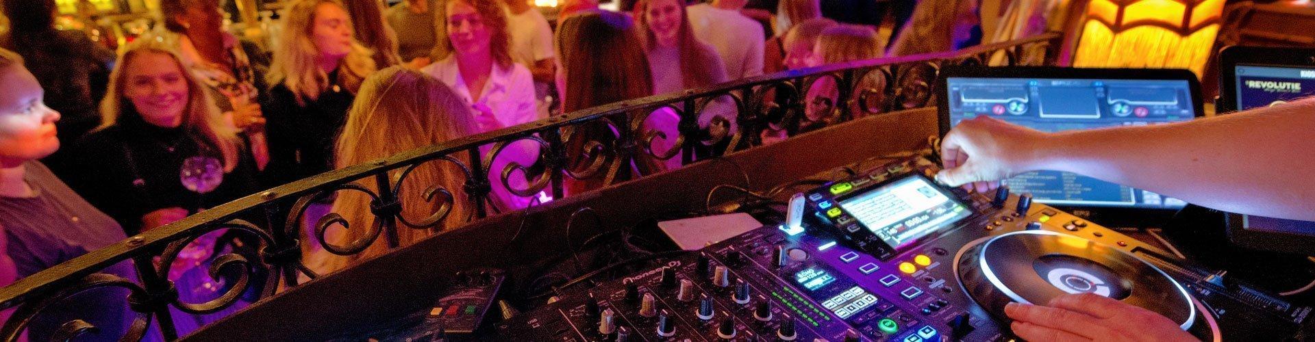 De Revolutie headerbeeld DJ